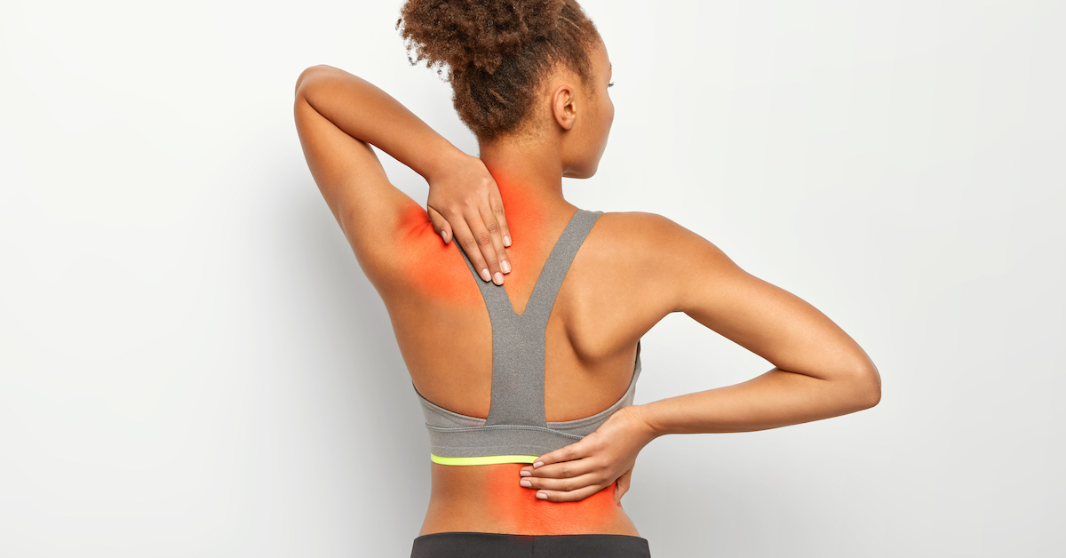 faceless curly woman suffers from spine pain wears sport bra shows location inflammation isolated white background - Minúta planku denne, cesta k pevnému telu